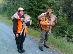 Så här kan man också bära ut hjortkalvar. Malin o Jens 2007.